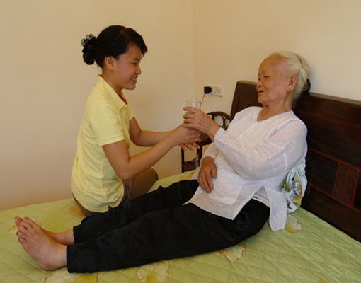 Dịch vụ giúp việc chăm sóc người già tại Hà Nội chăm chỉ